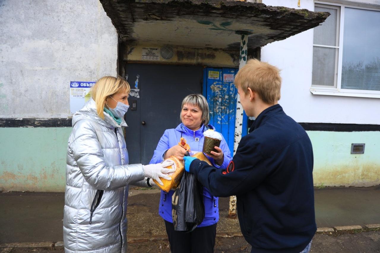 Волонтеры привезли куличи для многодетных семей и пожилых жителей поселка Маяк