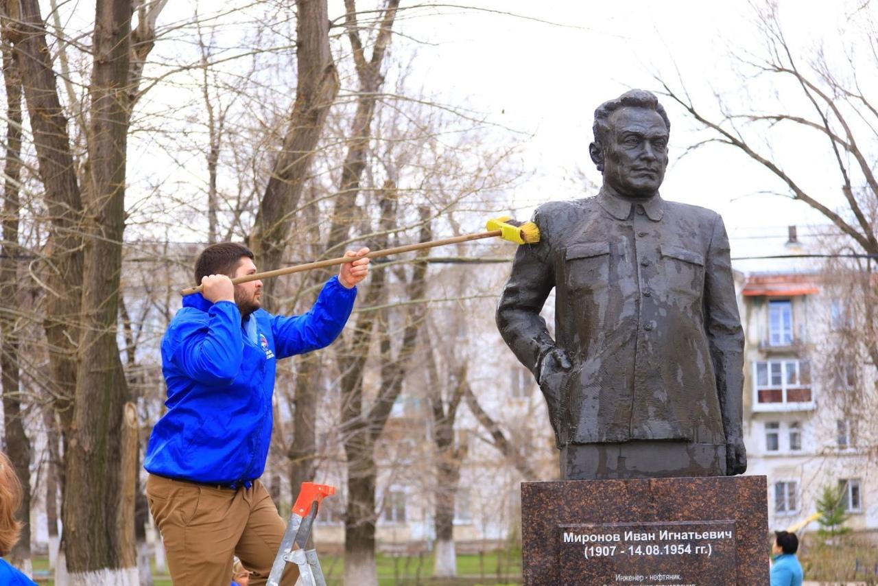 Генеральная помывка памятников в Новокуйбышевске