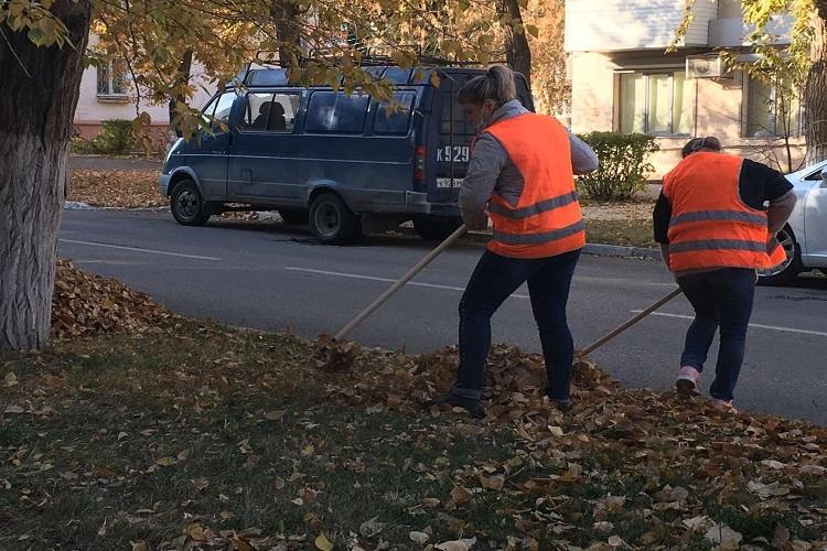 Сотрудники администрации города убрались на улице Ленинградской