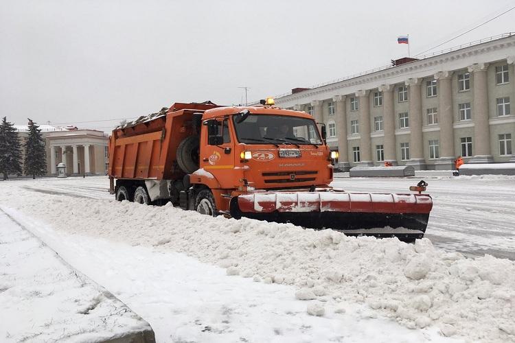 В две смены вывели сегодня работать снегоуборочную технику и бригады специалистов МБУ «Благоустройство»